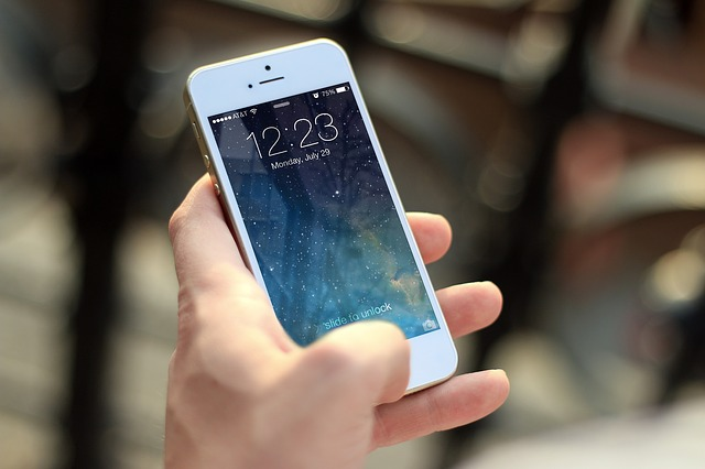 携帯で通報する写真